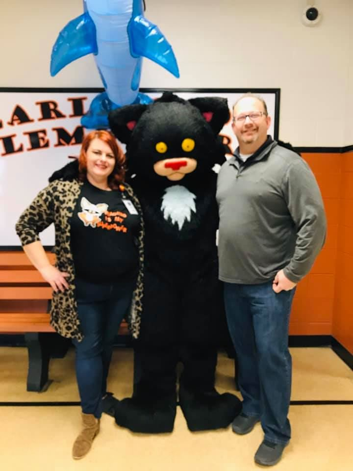 Pete the Cat visits EES to celebrate Read Across America